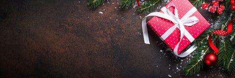 Kerstmis rode huidige doos op donkere achtergrond Royalty-vrije Stock Afbeeldingen