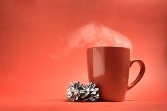 Kerstmis rode kop met kegels op een rode achtergrond Royalty-vrije Stock Afbeelding