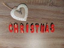 Kerstmis in rood met decoratie wordt geschreven die Stock Fotografie