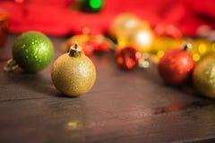 Kerstmis rood ornament als achtergrond, gouden giftdoos, bessen Royalty-vrije Stock Afbeelding