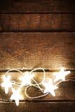 Kerstmis rustieke achtergrond met lichten, sneeuwvlokken, sterren en F royalty-vrije stock fotografie