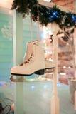 Kerstmis schaatst binnenlands decor, Achtergrond, open haard met boom Stock Foto's