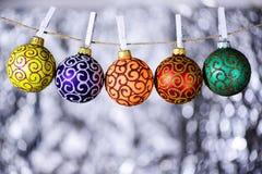 Kerstmis siert concept De ballen met ornamenten hangen op streng met wasknijpers Streng met gespeld door wasknijpers stock fotografie