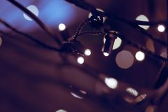 Kerstmis steekt bokeh aan Ultraviolette kleur stock afbeelding