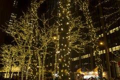 Kerstmis steekt de stad van New York aan Stock Foto's