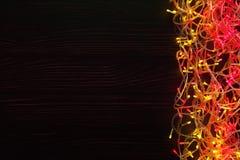Kerstmis steekt grens op donkere achtergrond aan Royalty-vrije Stock Afbeeldingen