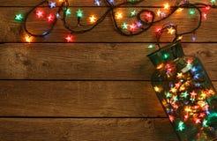 Kerstmis steekt grens op houten achtergrond aan stock afbeeldingen