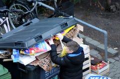 Kerstmis stelt afval bij afvalcontainers voor stock afbeelding