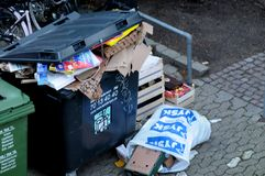 Kerstmis stelt afval bij afvalcontainers voor stock fotografie