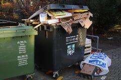 Kerstmis stelt afval bij afvalcontainers voor royalty-vrije stock afbeeldingen