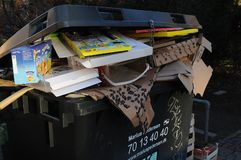 Kerstmis stelt afval bij afvalcontainers voor stock afbeeldingen