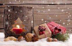 Kerstmis stelt en lantaarn in de sneeuw voor Royalty-vrije Stock Foto's