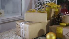 Kerstmis stelt en siert op Houten Achtergrond voor stock videobeelden