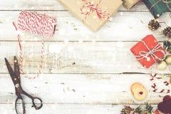 Kerstmis stelt het verpakken en sneeuw over houten lijst voor Royalty-vrije Stock Fotografie