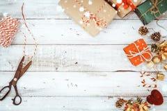 Kerstmis stelt het verpakken en sneeuw over houten lijstachtergrond voor Stock Foto