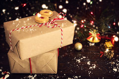 Kerstmis stelt met rode ribbonon donkere houten achtergrond voor Royalty-vrije Stock Afbeeldingen