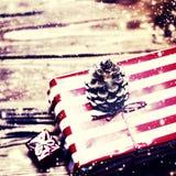 Kerstmis stelt met rood lint op donkere houten achtergrond i voor Royalty-vrije Stock Afbeelding