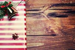 Kerstmis stelt met rood lint op donkere houten achtergrond i voor Royalty-vrije Stock Foto's