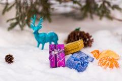 Kerstmis stelt onder de Kerstboom in de sneeuw voor Stock Foto
