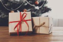 Kerstmis stelt op verfraaide boomachtergrond voor, vakantieconcept Royalty-vrije Stock Foto's