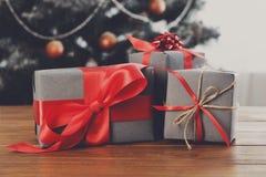 Kerstmis stelt op verfraaide boomachtergrond voor, vakantieconcept Stock Afbeeldingen