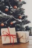 Kerstmis stelt op verfraaide boomachtergrond voor, vakantieconcept Royalty-vrije Stock Afbeelding