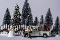 Kerstmis stelt in Oude Ver*beteren Vrachtwagen voor stock foto's