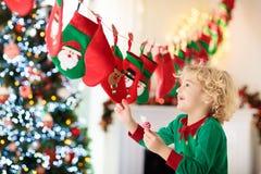 Kerstmis stelt voor jonge geitjes voor De Kalender van de komst De Tijd van Kerstmis royalty-vrije stock foto