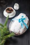 Kerstmis stollen op een zilveren dienblad met een witte kop van hete coffe Royalty-vrije Stock Afbeeldingen