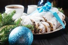 Kerstmis stollen op een zilveren dienblad met een witte kop van hete coffe Royalty-vrije Stock Afbeelding