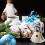 Kerstmis stollen op een zilveren dienblad met een witte kop van hete coffe Royalty-vrije Stock Foto's