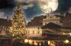 Kerstmis in Tallinn Stad Hall Square met Kerstmismarkt Stock Afbeeldingen