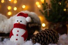 Kerstmis Toy Snowman en kegels onder de boom Close-up Royalty-vrije Stock Afbeeldingen