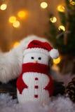 Kerstmis Toy Snowman en kegels onder de boom Verticaal kader Royalty-vrije Stock Foto