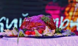Kerstmis Turkije op een bijgerecht wordt gediend is verfraaid met een grote ronde schotel in het kleurenlicht dat stock fotografie