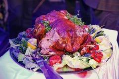 Kerstmis Turkije op een bijgerecht wordt gediend is verfraaid met een grote ronde schotel in het kleurenlicht dat stock afbeeldingen