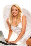 Kerstmis van de engel wenst om met laptop te nemen. Royalty-vrije Stock Foto's