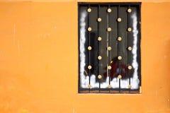Kerstmis verfraaid venster op oranje muur Stock Foto's