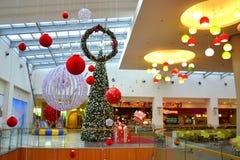 Kerstmis verfraaid winkelcomplex Stock Foto's