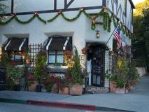 Kerstmis verfraaide boutiqueingang met vakantielichten, Amerikaanse vlag Royalty-vrije Stock Foto's
