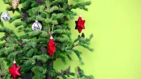 Kerstmis verfraaide Kerstmisboom met kegels stock footage
