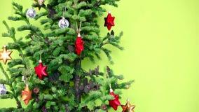 Kerstmis verfraaide Kerstmisboom met kegels stock video