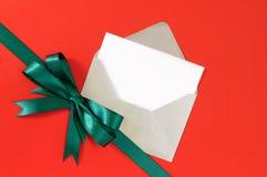 Kerstmis of verjaardags de kaart op rode giftdocument achtergrond met groen lint buigt diagonaal, exemplaarruimte Stock Afbeelding