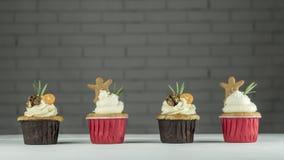 Kerstmis vier cupcakes met kumquat, okkernoten en gemberkoekjes op de lijst royalty-vrije stock foto's