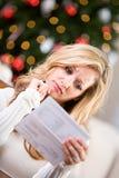 Kerstmis: Vrouw bij Creditcardrekening die wordt verstoord Stock Foto's