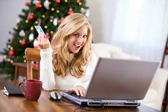 Kerstmis: Vrouw die online met Creditcard winkelen Stock Afbeeldingen