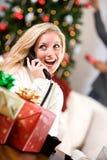 Kerstmis: Vrouw die op Telefoon spreken Stock Afbeeldingen