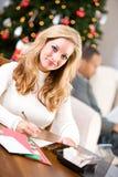 Kerstmis: Vrouw het Schrijven Kerstkaarten Royalty-vrije Stock Afbeeldingen