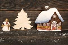 Kerstmis weinig glashuis met sneeuw behandeld dak, Sneeuwman en Royalty-vrije Stock Foto's