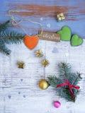 Kerstmis, witte en blauwe houten achtergrond, nette takken, kleine gouden giften royalty-vrije stock foto
